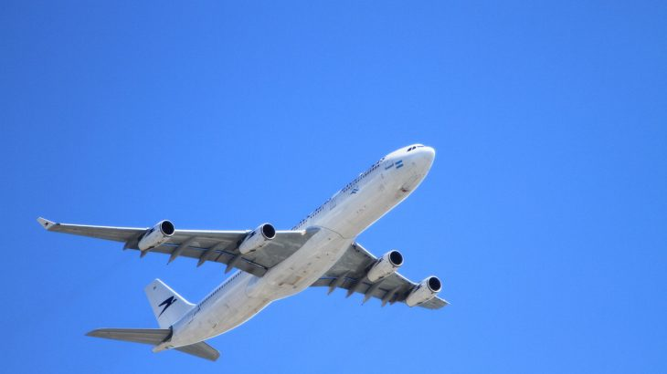 海外出張中の飛行機で乗り物酔いに…! 症状と対策を解説